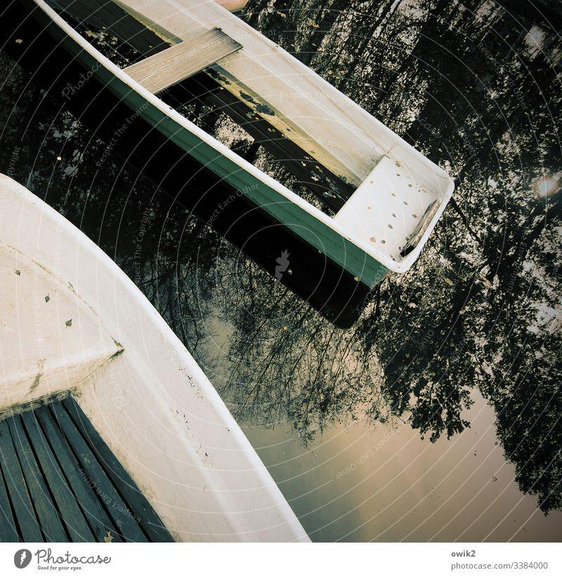 Marode Boote Außenaufnahme draußen Natur Wasser Wasserfahrzeug Wasseroberfläche Wasserspiegelung Wasserstraße Ruderboot Menschenleer See Reflexion & Spiegelung