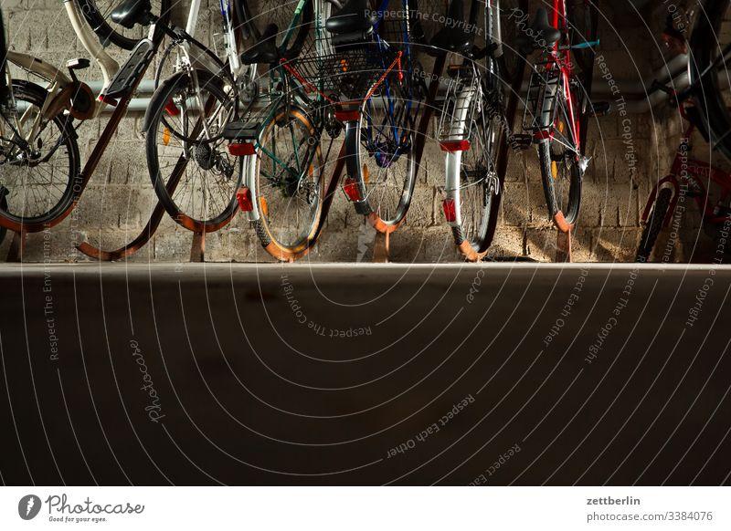 Fahrräder im Fahrradkeller abstellanlage abstellplatz dunkel erdgeschoß fahrrad fahrradkeller fahrradständer innen menschenleer textfreiraum urban wohnen