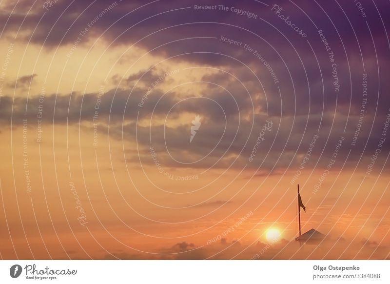 Sehr schöner Sonnenuntergang. Weiches Licht. Die Sonne bei Sonnenuntergang. Fantastische Wolken. Flagge, ein kleines Haus. Nebel Cloud Farbe Landschaft Natur