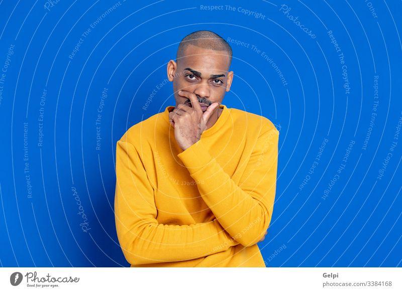 Afrikaner mit gelbem Trikot schwarz Typ blau besinnlich Denken sich[Dat] einbilden Vorstellungskraft Idee Lösung Zweifel zweifelhaft klug ahnungslos