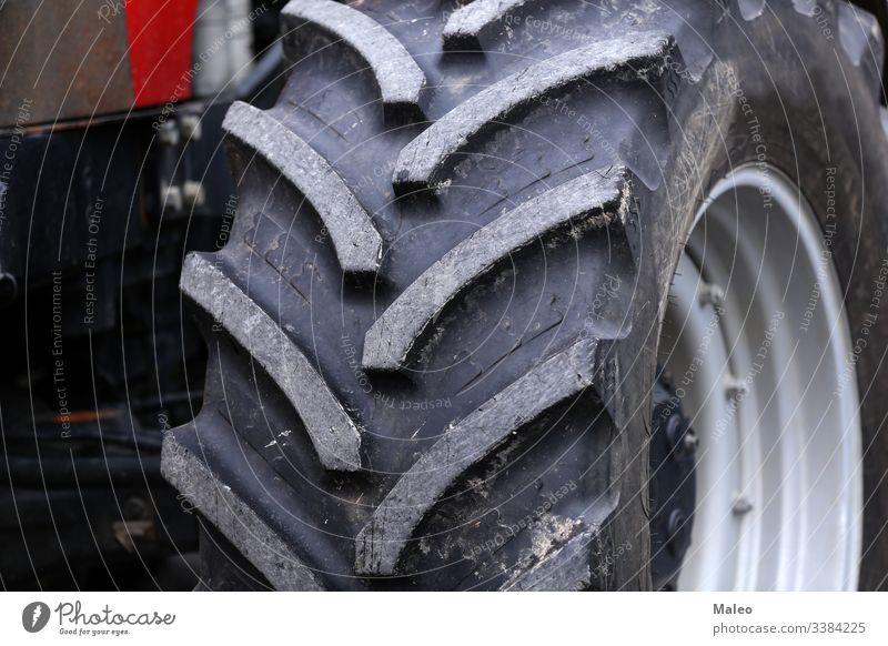 riesige Räder eines neuen Großtraktors für die Landwirtschaft Traktor schwer Ackerbau Gerät groß Fahrzeug Rad Reifen Kraft Motor Maschine modern Industrie