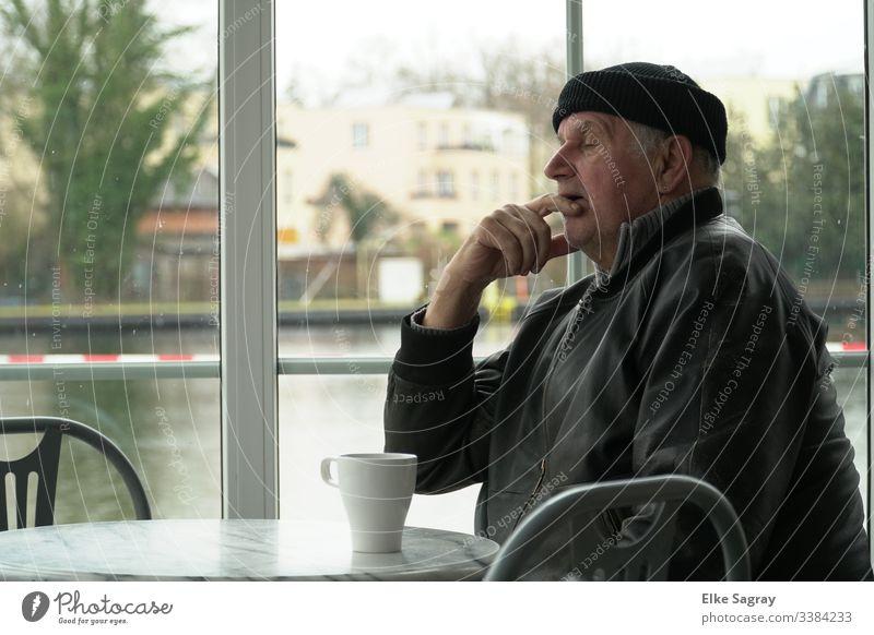 kleines Nickerchen am Tage 1 männlicher Senior 60 und älter Farbfoto Innenaufnahme Mensch