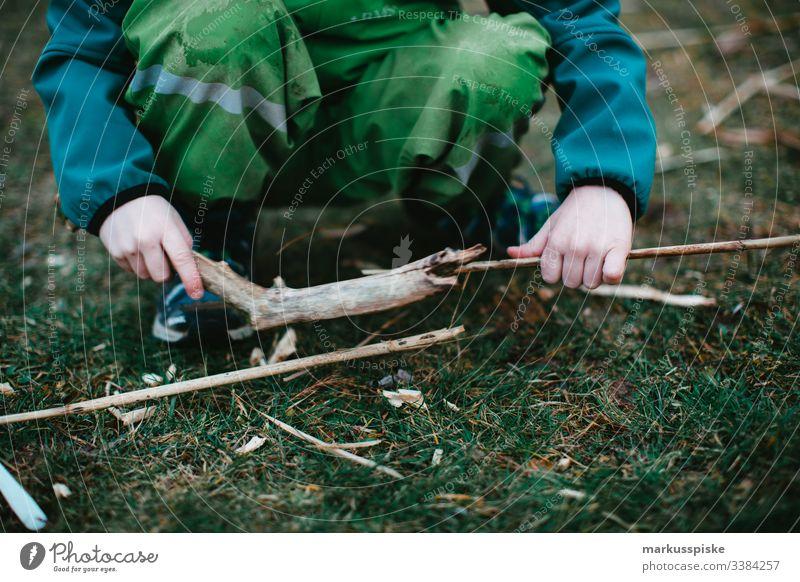 Kind spielt in der Natur Kindheit entdecken Entdecker Spielplatz Abenteuer Kindergarten Kinderspiel Kinderhand Holz Holzspielzeug bauen Kreativität kreativ
