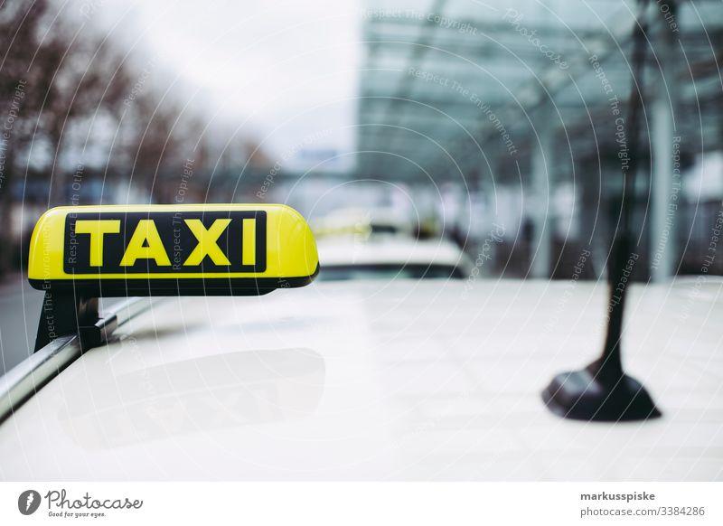 Taxi Flughafen Ankunft Nürnberg Display Ankunftshalle Landung Urlaub Rückkehr digital Anzeige Abflug Taxifahrer Taxistand Mobilität Verkehr