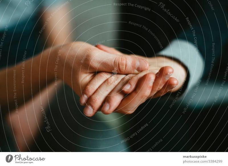 Zwei Hände halten sich fest Junge Kindheit Kinderspiel Finger Symbole & Metaphern symbolkraft symbolisch Symbolismus Verbundenheit verbunden Freundschaft