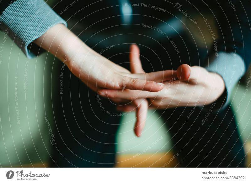 Junge macht Fingerspiel Kindheit Kinderspiel Hände Symbole & Metaphern symbolkraft symbolisch Symbolismus drehen gedreht Mittelfinger