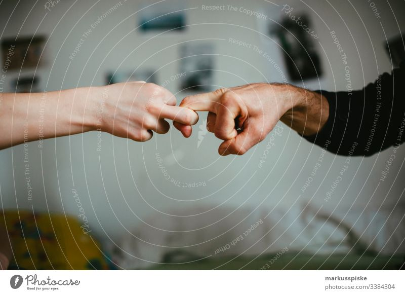 Fingerhakeln Junge Kindheit Kinderspiel Hände Symbole & Metaphern symbolkraft symbolisch Symbolismus Aggression aggressiv geballt Faust Kette verkettet