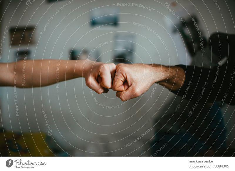 Zwei Fäuste Best Buddy Junge Kindheit Kinderspiel Finger Hände Symbole & Metaphern symbolkraft symbolisch Symbolismus Aggression aggressiv geballt Faust Kette