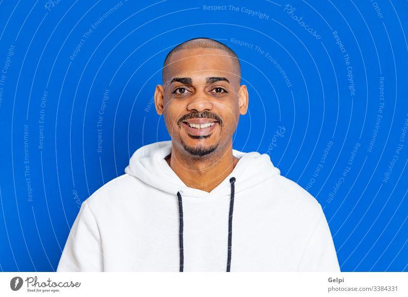Afrikanischer Typ mit weißem Sweatshirt schwarz blau heiter entspannt Selbstvertrauen freudig in die Kamera schauen Erwachsener Menschen Person männlich
