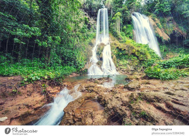 Wasserfall im Regenwald-Dschungel, der zwischen den Felsen El Rosio, Fluss Melodioso fließt Wald Hintergrund schön tropisch Park Landschaft Natur grün strömen
