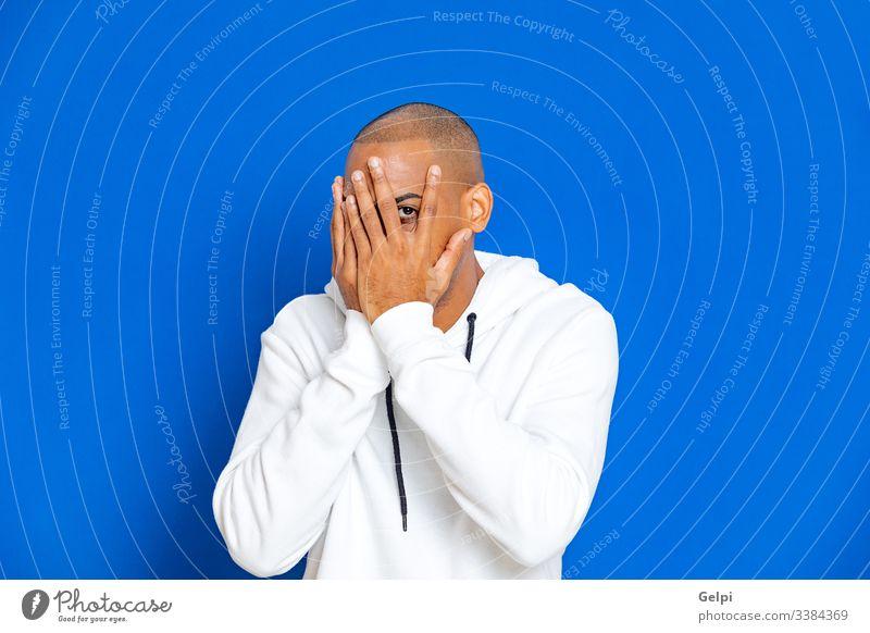 Afrikanischer Typ mit weißem Sweatshirt schwarz blau Entschuldigung ängstlich aufgeregt Nervös Erwachsener Menschen Person männlich Amerikaner Mann vereinzelt