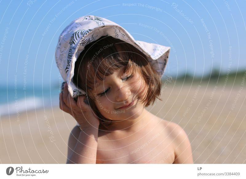 Mädchen mit Hut am Strand hören Musik hören Zen Achtsamkeit Denkweise Gedankenkontrolle eingedenk friedlich Fröhlichkeit Glück Lifestyle Leben Sonnenlicht