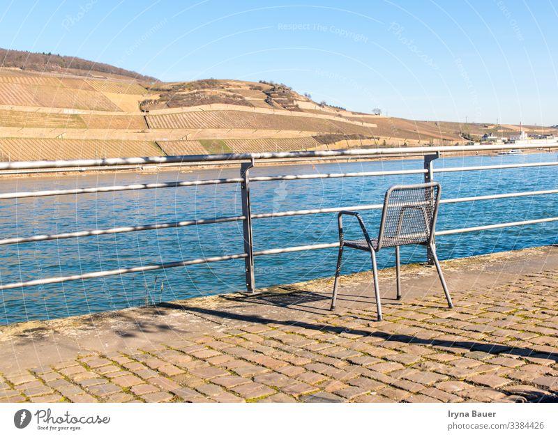 Einsamer Stuhl in der Nähe des Flusses am Sonnentag. bachground Sommer Frühling sonnig im Freien MEER Schwimmsport Terrasse Ansicht sich[Akk] entspannen Natur