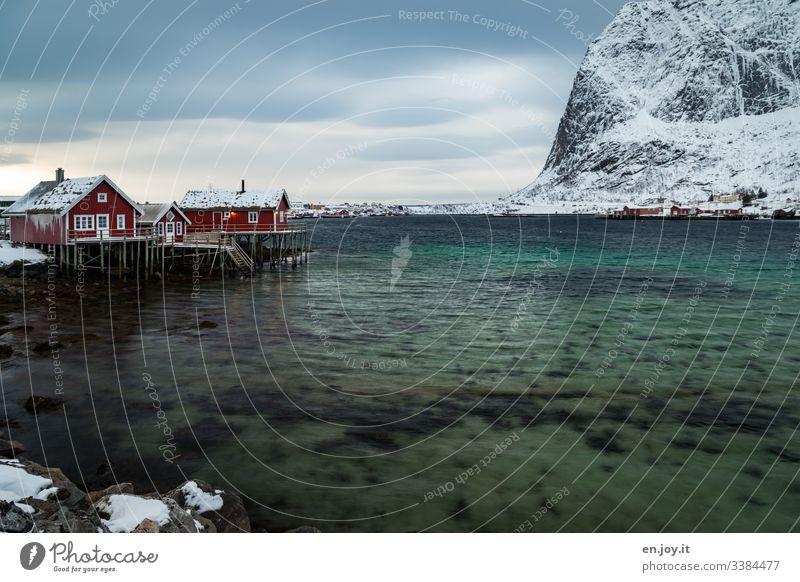 Fischerhütten am Fjord vor verschneiten Bergen Ferien & Urlaub & Reisen Ausflug Winter Schnee Winterurlaub Umwelt Landschaft Himmel Wolken Wind Eis Frost
