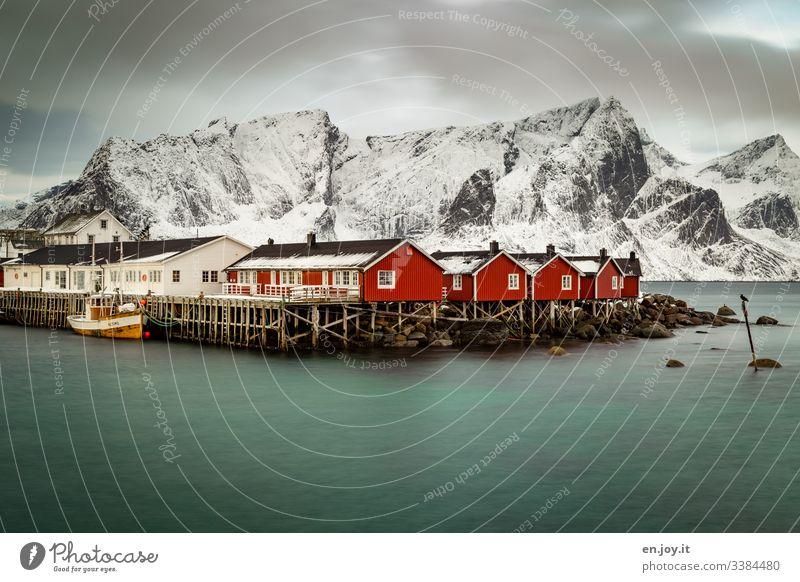 Fischerhütten am Fjord vor verschneiten Bergen Ferien & Urlaub & Reisen Ausflug Winter Schnee Winterurlaub Umwelt Landschaft Himmel Wolken schlechtes Wetter