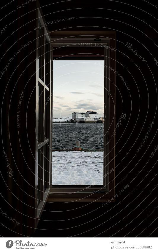 Geöffnetes Fenster mit Aussicht auf Fischerhütte am Fjord und verschneitem Steg Ferien & Urlaub & Reisen Ausflug Winter Schnee Winterurlaub Umwelt Landschaft