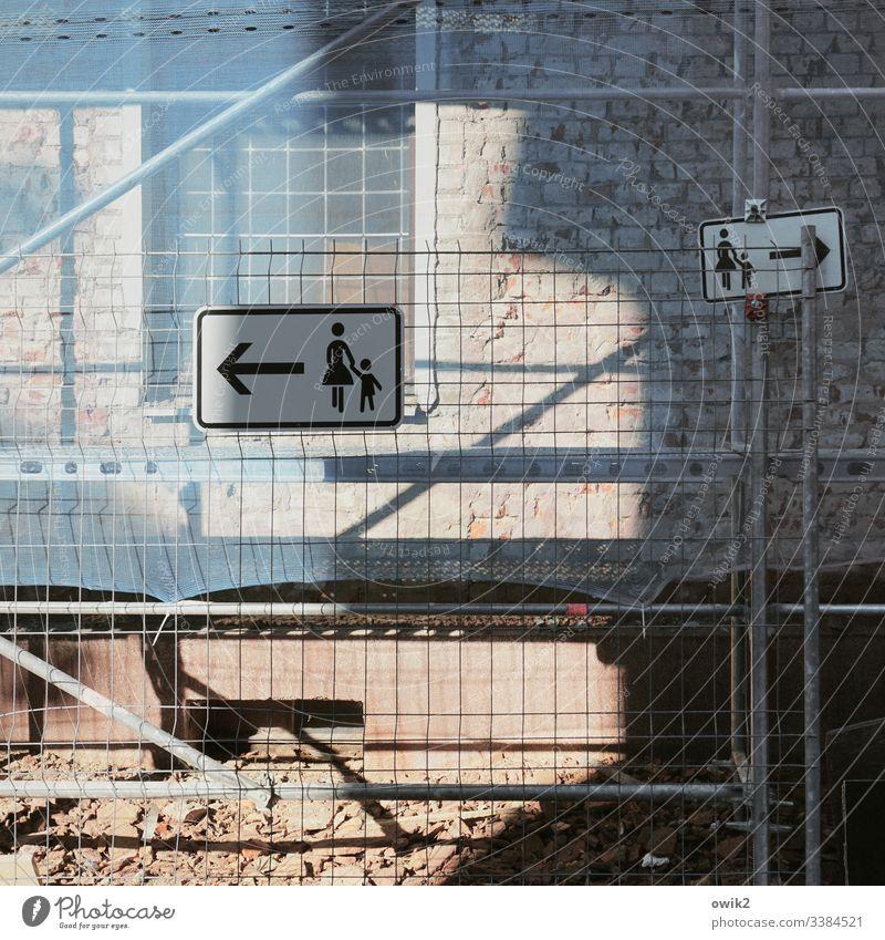 Entscheidungsträger Schilder Wand Baustelle Piktogramme Mutter Kind Zeichen Symbol Bauzaun Schutz Sicherheit Service Fassade Fenster Haus urban Sonnenlicht