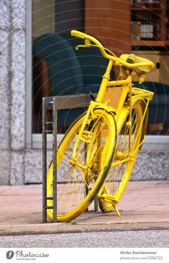 Gelbes Fahrrad als Dekoration gelb abgestellt Attraktion Hingucker Dekoration & Verzierung Fahrradfahren Metall Verkehrsmittel alt parken Stadt Fahrradständer