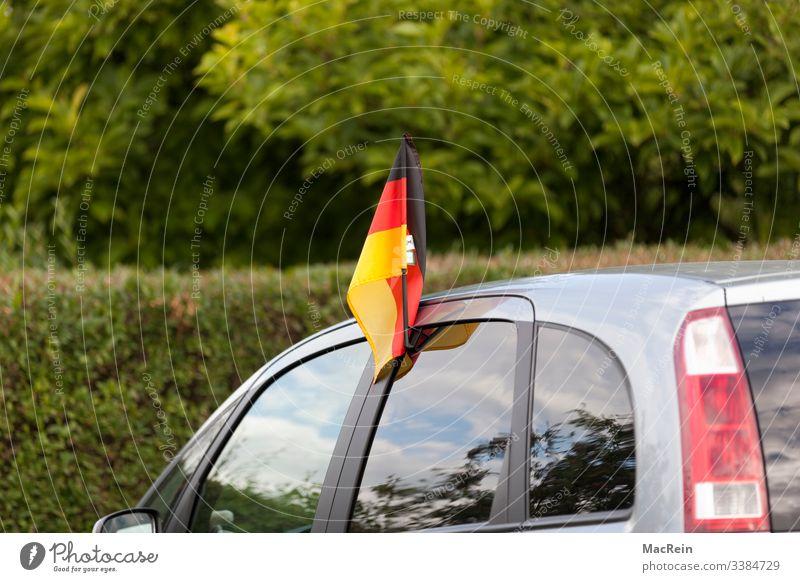 Deutschlandfahne am Auto Deutschland Flagge auto flagge schawrz rot gold niemand Menschenleer Außenaufnahme Patriotismus Farbfoto Nationalflagge Textfreiraum
