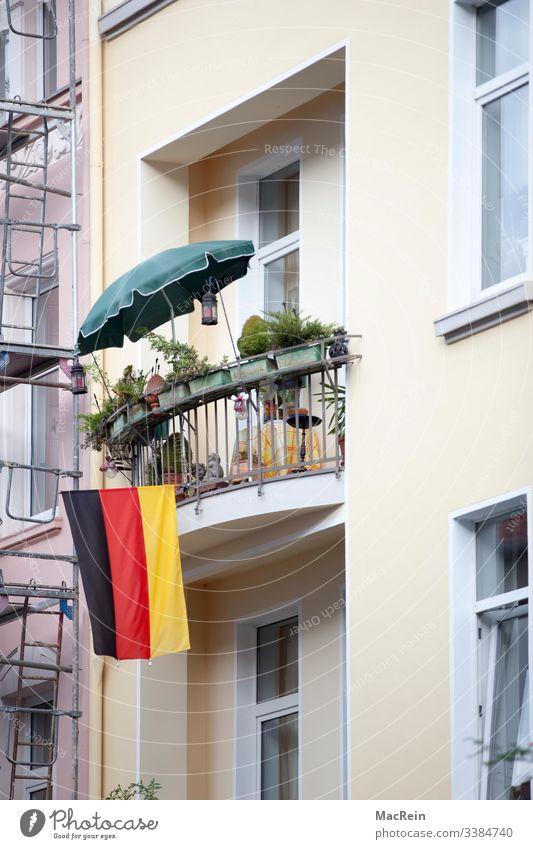 Flagge Zeigen fahne flagge balkon deutschland fassade niemand farbfoto patriot schwar rot gold sonnenschirm aussenaufnahme deutsche flagge Nationalflagge