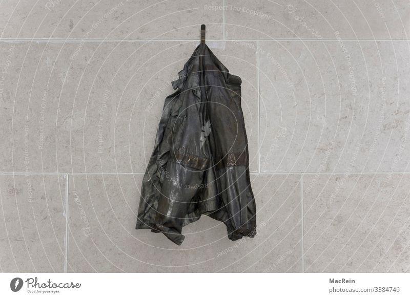 Jacke am Haken jacke sakko wand hauswand kleiderhaken Bekleidung Menschenleer hängen Farbfoto Außenaufnahme Mode Stoff