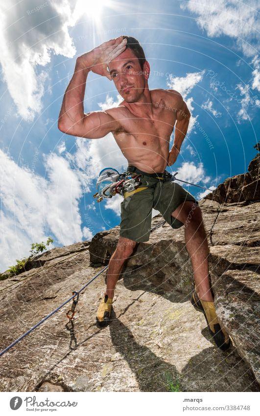 Ausschau halten Sport Klettern Freeclimber Himmel Wolken Perspektive verkehrt Irritation Sicherheit Vertrauen spaß Freude Mann Mut Felswand freier Oberkörper