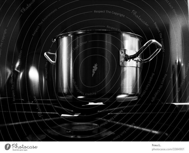 Kochtopf Gasherd Küche Innenaufnahme Edelstahl glänzend Häusliches Leben Stahl Metall Reflexion & Spiegelung Pfeffermühle Herd & Backofen Wohnung kochen & garen