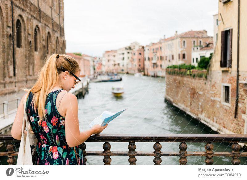 Junge weibliche Reisende beim Sightseeing in Venedig , Italien Erwachsener Architektur Blogger Boot Brücke Kanal lässig Kaukasier Großstadt Stadtbild niedlich
