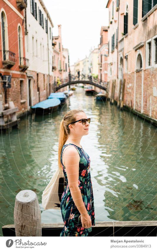 Junge weibliche Reisende genießen in Venedig, Italien Architektur Anziehungskraft Blogger Boot Brücke Gebäude Kanal lässig Kaukasier Großstadt Stadtbild Tag