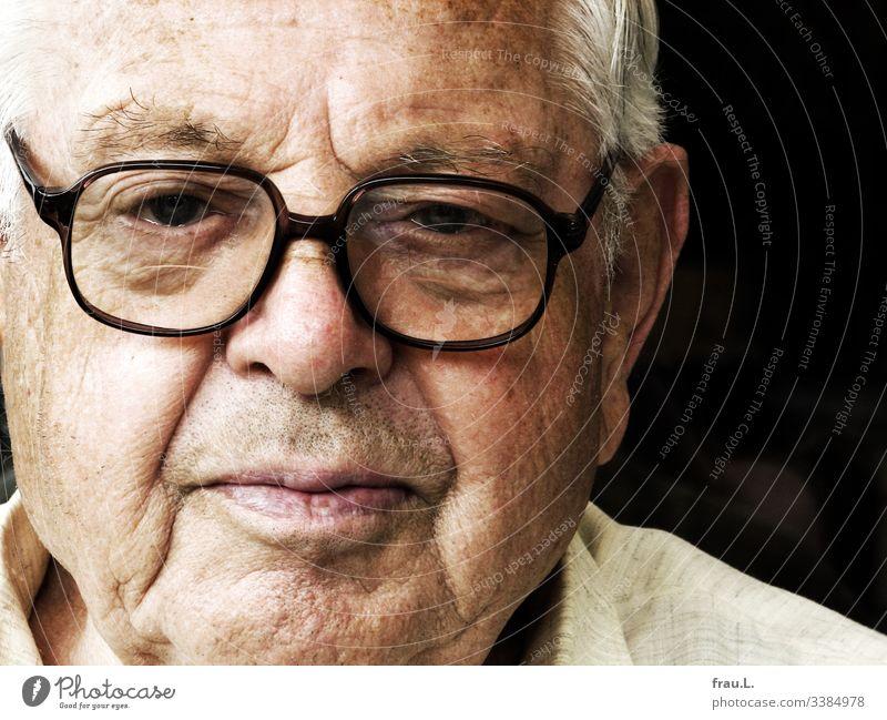Die neue Brille auf der alten Nase ließ ihn kritisch blicken. Mann Mensch Gesicht Porträt Senior Männlicher Senior kritischer blick skeptisch 60 und älter