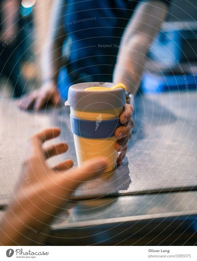 Aushändigung der Take Away Coffee Keep-Tasse auf der Theke Mokka Cappuccino heiß Café auf Espresso-Basis Latte Kaffee Getränk Café Latte Latte Art