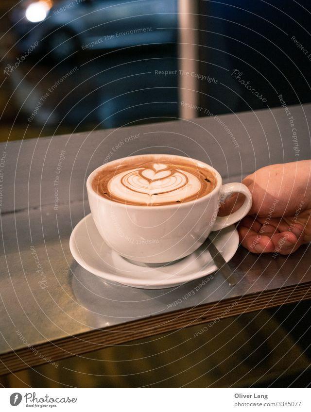 Kaffeetasse mit Latte-Kunst auf dem Tisch doppelter Espresso Milchkaffee Kaffeemaschine Tasse Kaffeehaus Heißgetränk Latte Art Getränk Café Latte