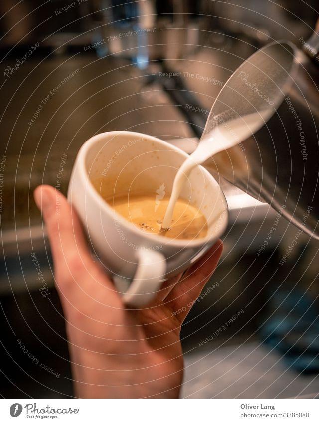 Milch, die in Kaffee-Espresso gegossen wird doppelter Espresso Milchkaffee Café heiß Café Latte auf Espresso-Basis Tasse Kaffeemaschine Kaffeehaus Kaffeetasse