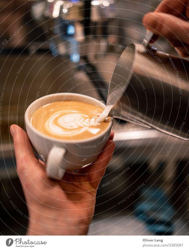 Milch, die Milchkaffee-Kunst in Espresso gießt Barista Heißgetränk Latte Art Kaffeemaschine Café doppelter Espresso Tasse auf Espresso-Basis Kaffeetasse