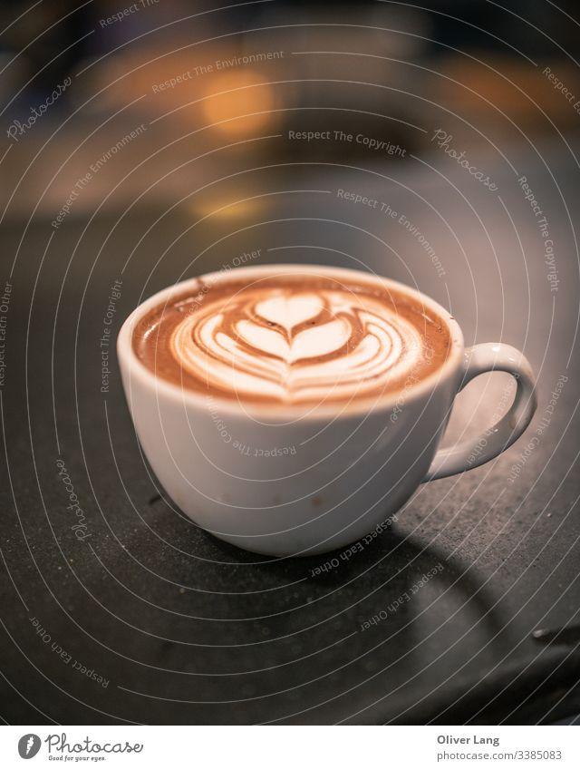 Kaffeetasse mit Latte-Kunst Latte Art Espresso Getränk Heißgetränk Kaffeehaus Café Latte auf Espresso-Basis Tasse Kaffeemaschine heiß Milchkaffee
