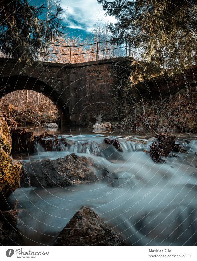 Wasserlauf mit Brücke Wasserfall bach langzeitbelichtung Langzeitbelichtung Außenaufnahme Fluss Natur Farbfoto fließen grün Stein Umwelt nass Felsen Tag Bach