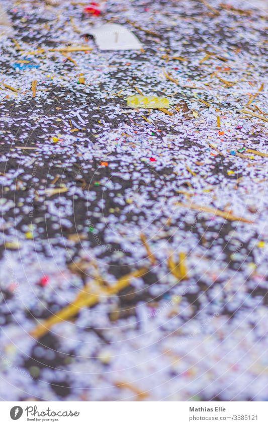 Buntes Konfetti auf Straße Farbfoto Fröhlichkeit Außenaufnahme mehrfarbig liegen Strukturen & Formen Vogelperspektive Bürgersteig Licht Karnevalszug