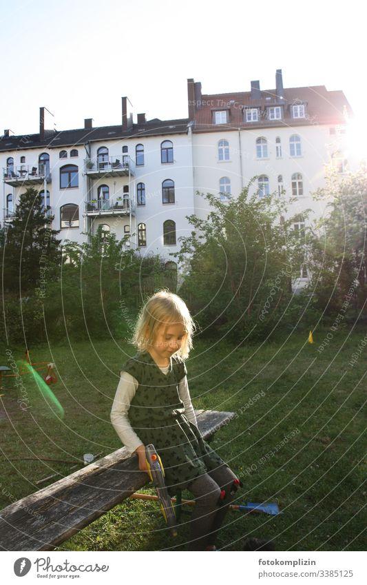 Kind mit Wasserpistole in einem Hinterhofgarten Mädchen Kind sein kindlich Kinder Vorschulkind Kindererziehung Kindheit Kinderspielzeug Kinderbetreuung