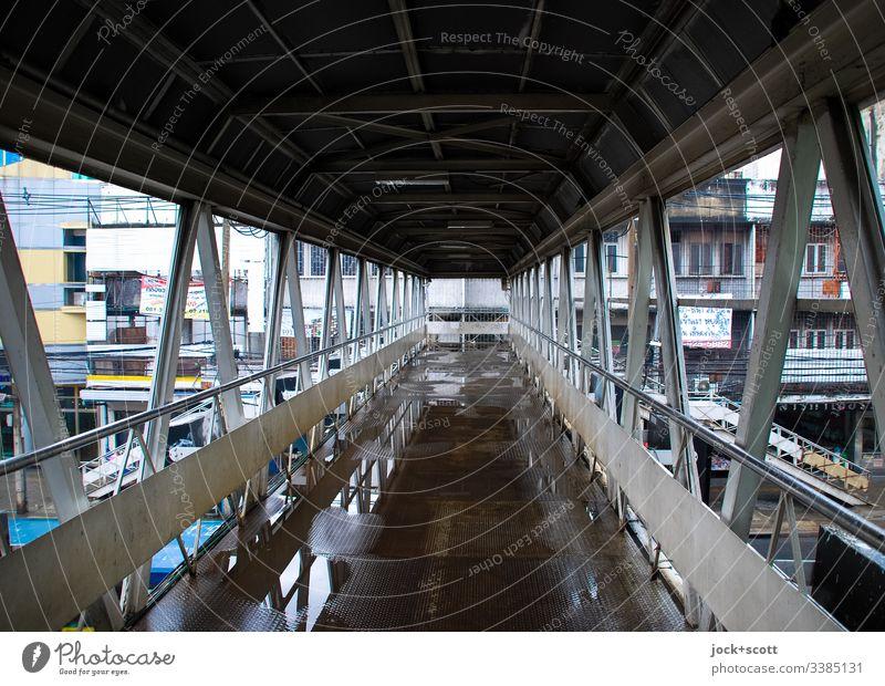 Fußgängerbrücke in Bangkok Regentag Reflexion & Spiegelung Strukturen & Formen Fußgängerübergang Brücke Straßenschlucht Fassade Pfützen gerade Architektur