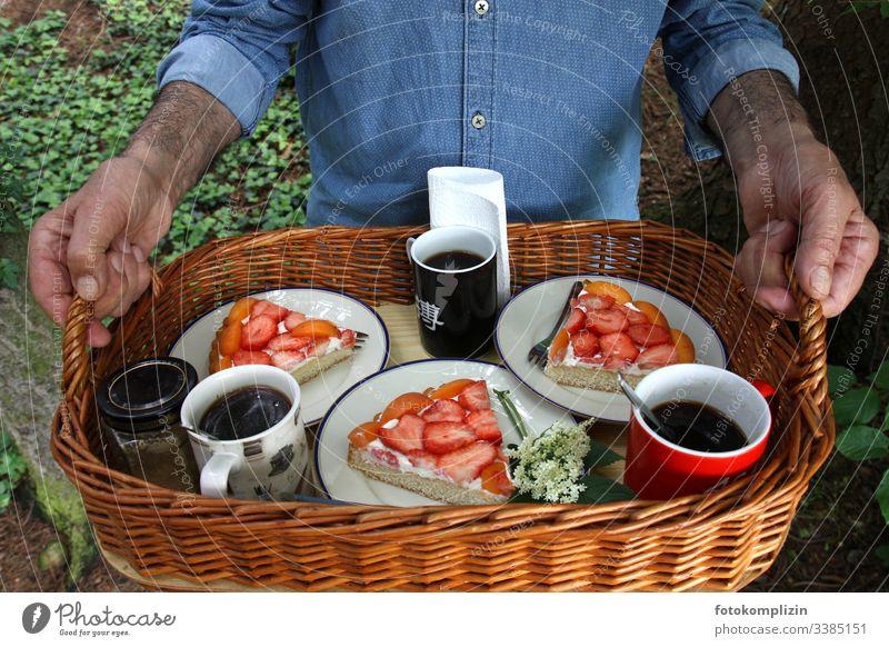 kaffee und kuchen auf tablett im grünen Picknickkorb Kaffeetrinken Kuchenstücke Erdbeerkuchen Kaffeepause Tablett Ernährung Lebensmittel nachmittagskaffee