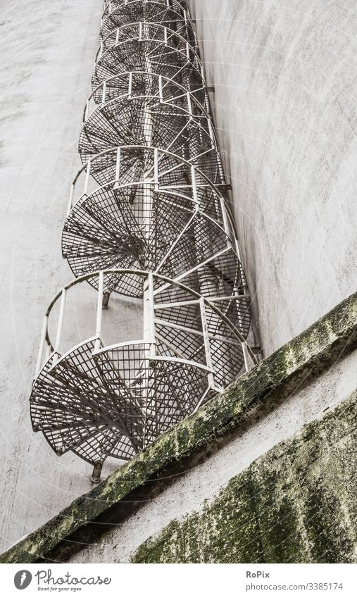 Feuertreppe in einem Lagergebäude. Spirale Treppenhaus spiralförmig Architektur alt Struktur kreisen Innenbereich Muster Design Haus Kurve Verwirbelung
