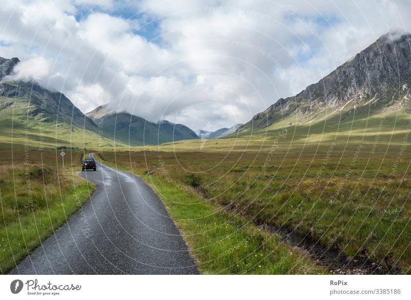 Einspurige Straße im schottischen Hochland. Schottland Highlands See Glencoe Schottisch britannien England Freiheit Wiese Landschaft Himmel natürlich