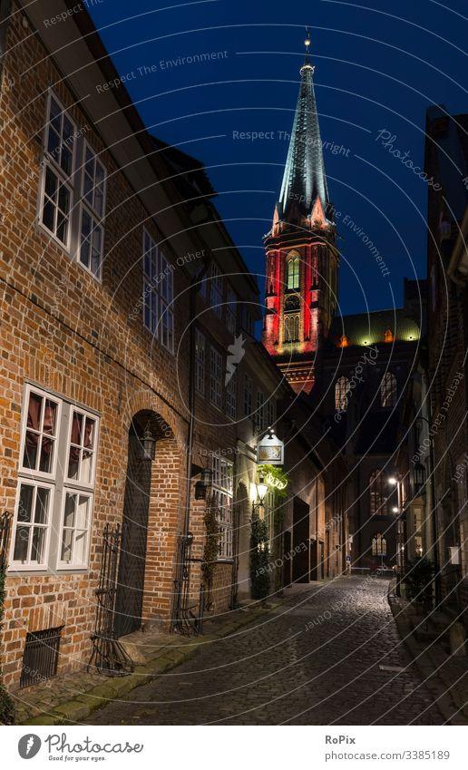 Historische Kirche bunt beleuchtet. Kathedrale Turm Religion Architektur Glas Fenster Buntglas gefärbt alt im Freien religiös katholisch Nacht Gebäude Licht