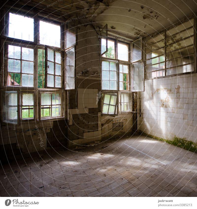 An solchen Tagen scheint mir schweigen und vergessen eine echte Option zu sein Fenster Heilstätte Ruine Wand alt Verfall Vergänglichkeit kaputt Vergangenheit