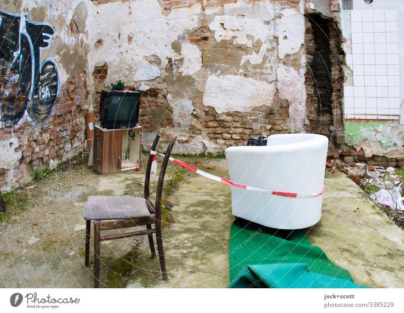 Bäh! | Mattscheibe Müll FERNSEHER Versteck Stuhl Armsessel Möbel Innenarchitektur Graffiti Wohnzimmer lost places schäbig kaputt Vergänglichkeit Verfall dreckig