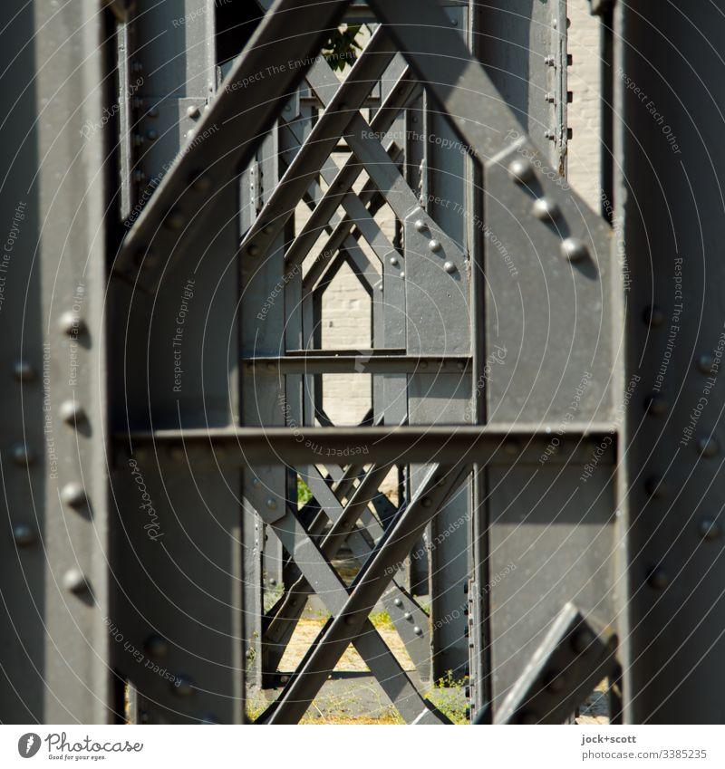 Eine Stütze kommt selten alleine Farbfoto Kontrast Außenaufnahme Menschenleer Tag Durchblick Stahlträger Pfeilerkonstruktion Architektur Stahlkonstruktion