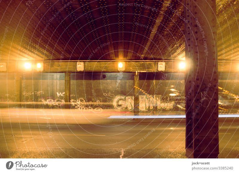 Zeit im Tunnel Bewegungsunschärfe Langzeitbelichtung Kunstlicht Zahn der Zeit Symmetrie Stil Tunnelbeleuchtung retro Metall Säule Graffiti Straße abstrakt