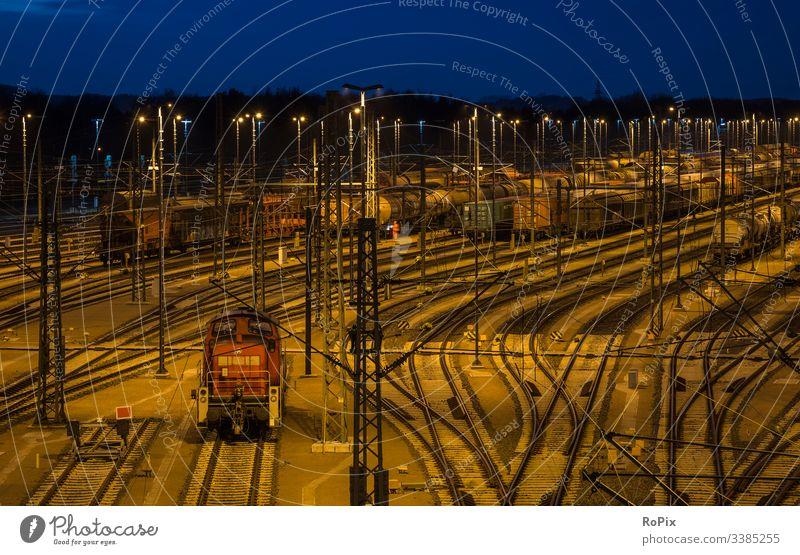 Eisenbahnweiche bei Nacht. kühlen Ventilator Kompressor Rad alt Beton Gebläse Auflader Inszenierung Industrie bügeln Stahl Stahlwerk verirrt Ort Metall Wasser