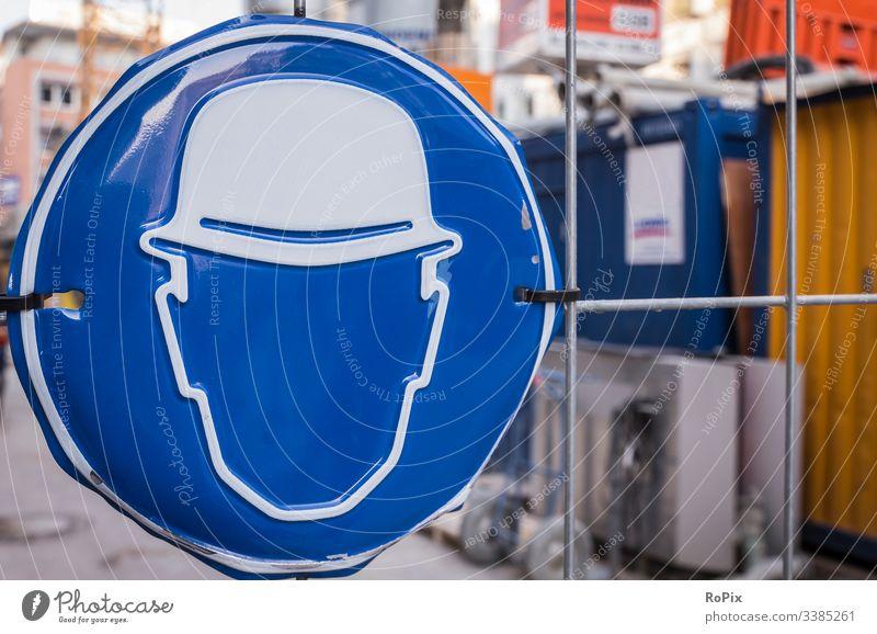Persönliche Schutzausrüstung ist geboten. Sicherheit Erlaubnis Gebot safety Gebotsschild Baustelle Schild Warnung Gitter Mauer Bagger unbefugt blau green Stahl