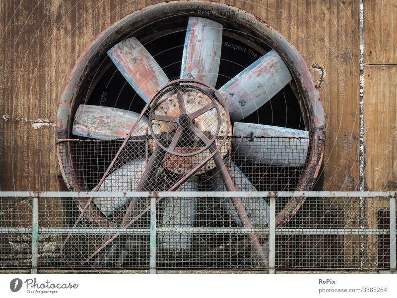 Industrieller Kühlventilator auf einer verlassenen Anlage. kühlen Ventilator Kompressor Rad alt Beton Gebläse Auflader Inszenierung bügeln Stahl Stahlwerk
